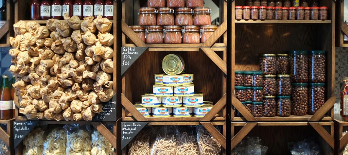 un étal de produits italiens de l'épicerie fine Casanova and Daugthers de Londres